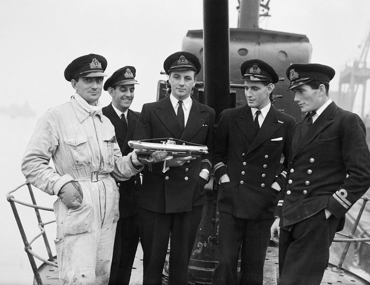 1024px-The_officers_of_HM_Submarine_SERAPH_on_her_return_to_Portsmouth_after_operations_in_the_Mediterranean,_24_December_1943._A21112