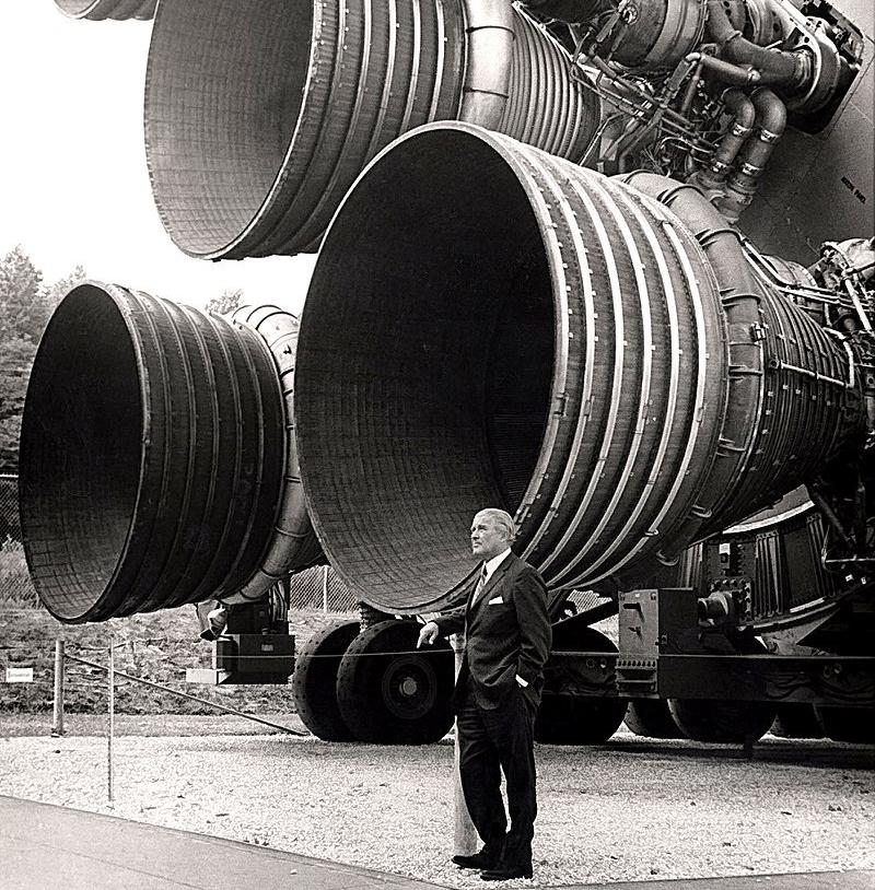 800px-S-IC_engines_and_Von_Braun