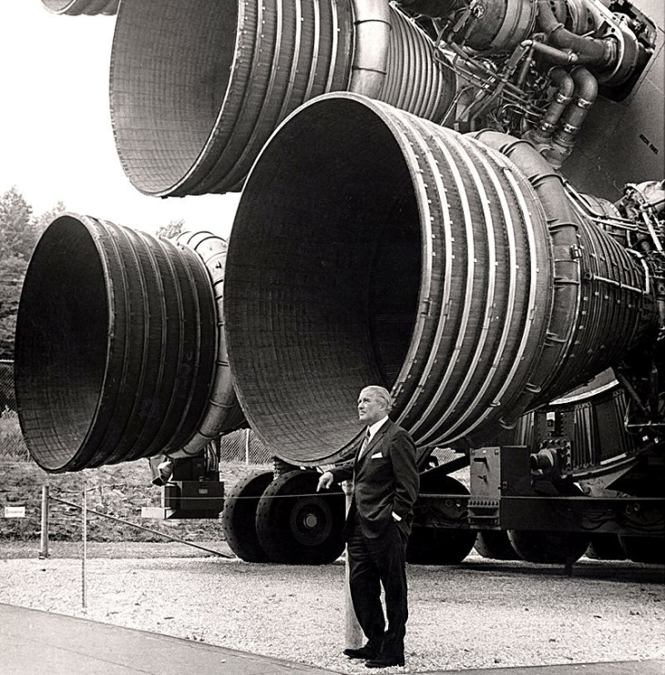 800px-S-IC_engines_and_Von_Braun
