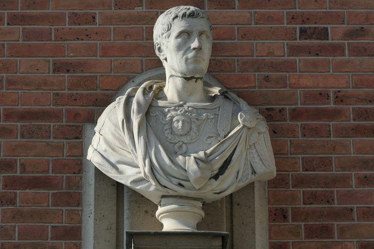 1280px-Château_de_Versailles,_cour_de_marbre,_buste_de_Jules_César,_Vdse_126_02