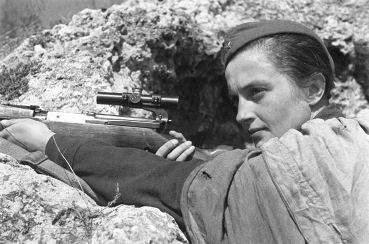 Pavlichenko_in_a_trench soviet sniper ww2